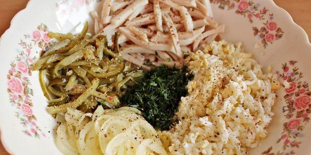Салат с кальмарами и маринованными огурцами