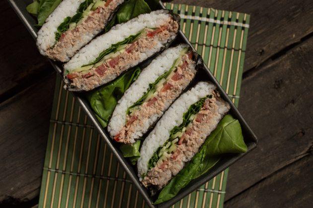 Классический суши-сэндвич онигирадзу можно подавать как в сопровождении соевого соуса, так и без него