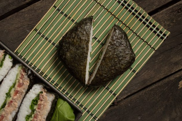Классический суши-сэндвич онигирадзу: снимите плёнку и разделите онигиразу пополам