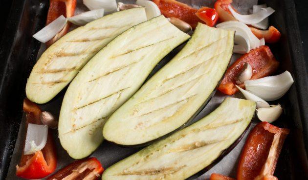 Греческая закуска из баклажанов: выложите овощи на один противень