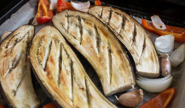 Греческая закуска из баклажанов: отправьте всё в разогретую до 180 градусов духовку на 30 минут