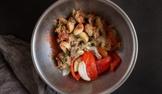 Греческая закуска из баклажанов: добавьте пряности, соль, перец и лимонный сок