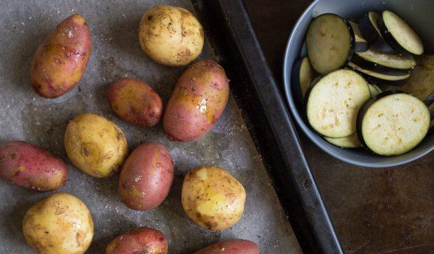 Тёплый картофельный салат: отдельно нарежьте баклажан кружочками, посолите и отставьте всторону