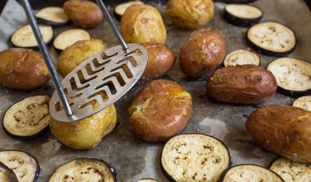 Тёплый картофельный салат: готовые овощи охладите 5–7 минут, а затем слегка придавите картофелины прессом