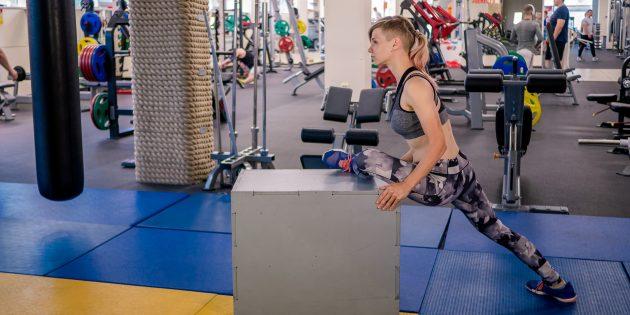 силовой спорт: поза голубя на возвышении