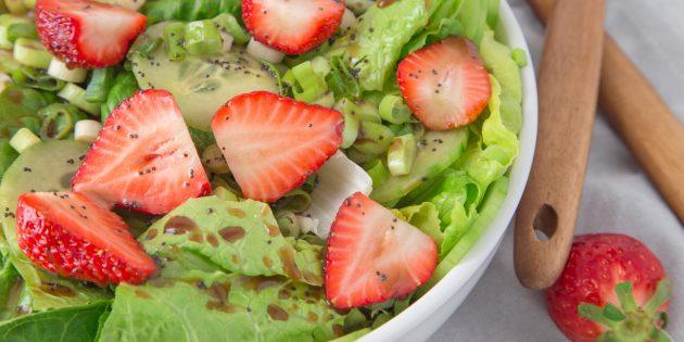 Рецепты с клубникой: Зелёный салат с клубникой