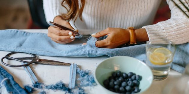 Как сделать рваные джинсы: вытащите вертикальные нити