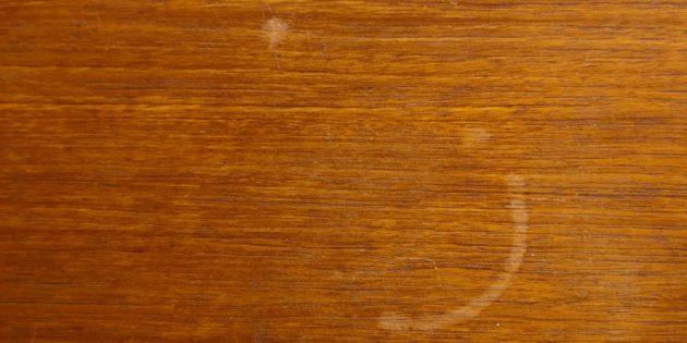 пятна на столе: белая столешница