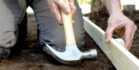 Как сделать садовую дорожку: прибиваем доски