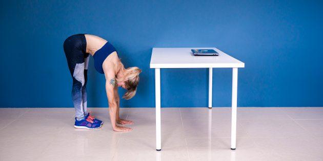 разминка на работе: наклон с руками на полу