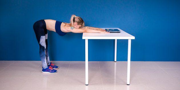 разминка на работе: растяжка плеч стоя