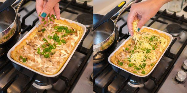 Киш с курицей и грибами: посыпьте сыром и зеленью
