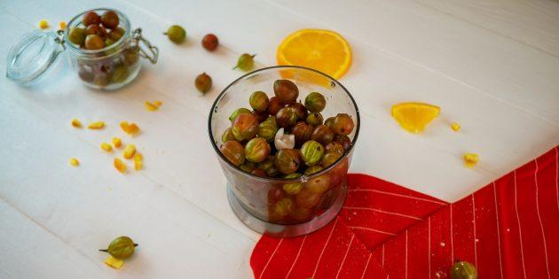 Варенье из крыжовника с апельсином: измельчите ягоды