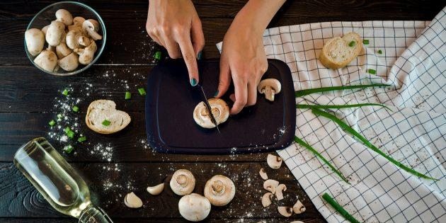Запечённые шампиньоны с чесноком: грибы помойте и просушите