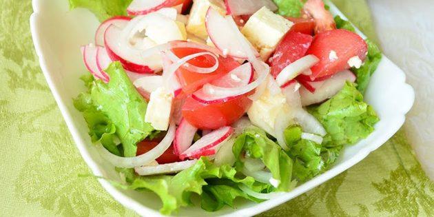 Салат из редиски, помидоров и брынзы