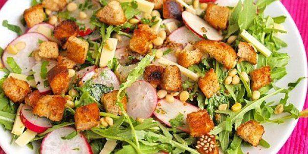 Салат из редиски, курицы и сухариков
