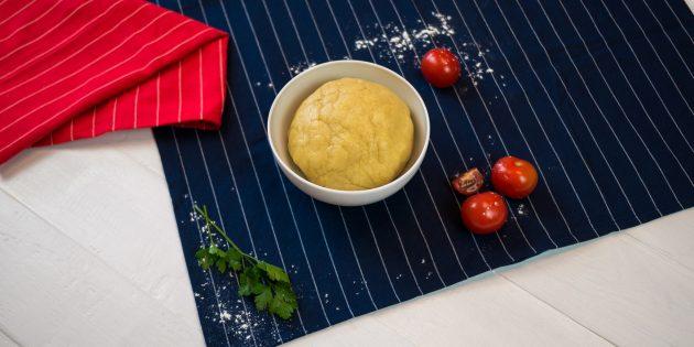 Киш с курицей и грибами: положите тесто в холодильник