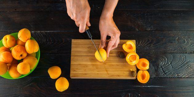 Варенье из абрикосов и апельсинов: нарежьте абрикосы