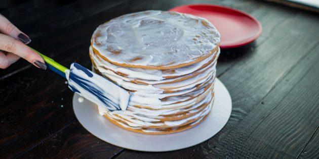 Классический рецепт «Медовика»: нанесите крем на бока торта