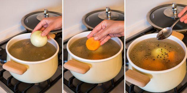 Как сварить куриный бульон: добавьте в бульон морковь, лук и перец