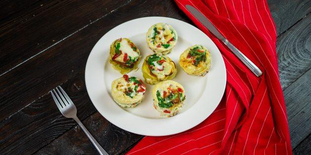 Яичные маффины: поставьте в разогретую до 200 °C духовку на 15–20 минут