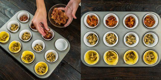 Выложите начинку для яичных маффинов с беконом