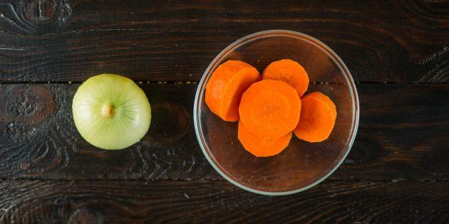 Как сварить куриный бульон: подготовьте лук и морковь
