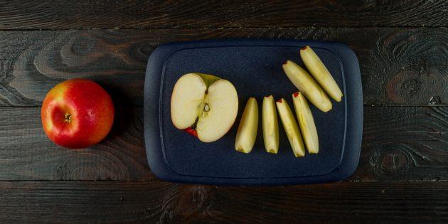 Рецепт шарлотки с фото: нарежьте яблоки