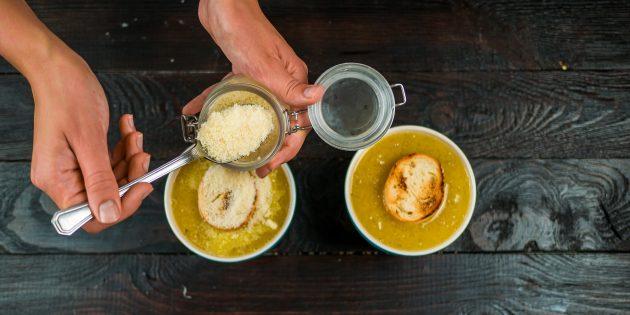 Как приготовить французский луковый суп: посыпьте тёртым сыром