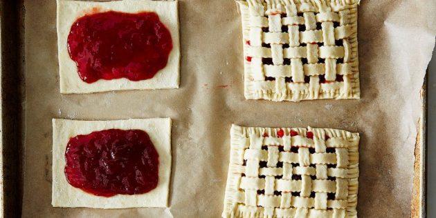 Как лепить открытые пирожки из слоёного теста