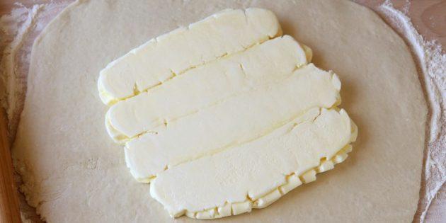 Как приготовить домашнее слоёное тесто: выложите мягкое масло