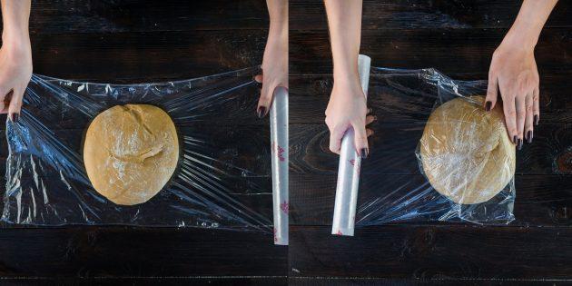 Классический «Медовик» со сметанным кремом: Заверните тесто в пищевую плёнку