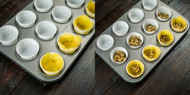 Яичные маффины: выложите картофельную начинку в формы для маффинов