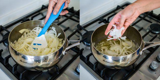 Как приготовить луковый суп: выложите в кастрюлю лук