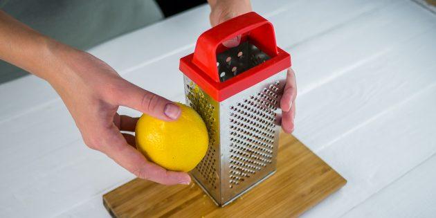 На мелкой тёрке натрите цедру лимона