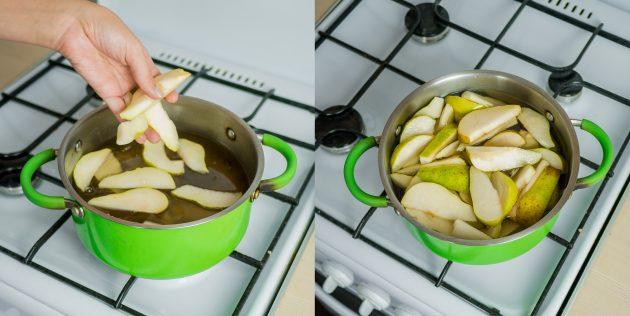 В готовый сироп отправьте дольки груш и варите на медленном огне до готовности