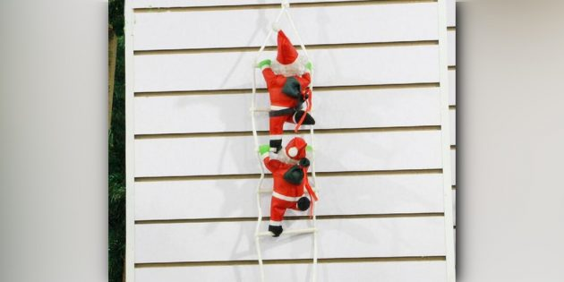 Санта на верёвочной лестнице