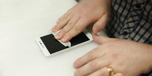 Что делать, если телефон упал в воду: аккуратно протрите бумажными салфетками разъёмы и всю открытую поверхность устройства