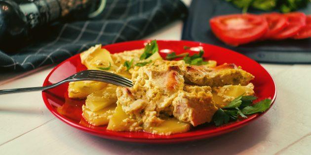 При подаче украсьте картошку с мясом свежей зеленью
