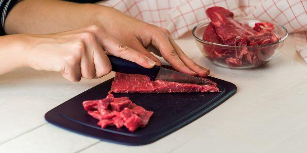 Мясо нарежьте тонкими кусочками
