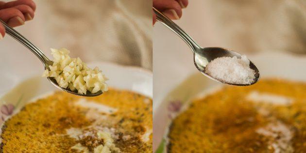 Картошка с мясом: Добавьте соль, перец, чеснок, любимые специи