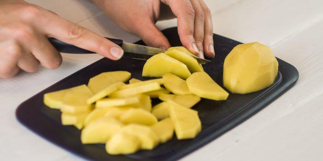 Картофель очистите и нарежьте дольками