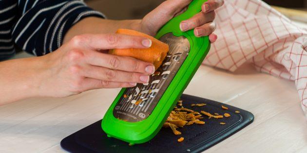 Морковь почистите и натрите на крупной тёрке