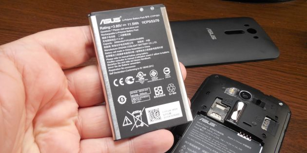 Что делать, если телефон упал в воду: достаньте батарею