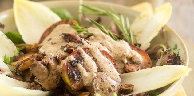 Тёплый салат с куриной печенью и яблоками