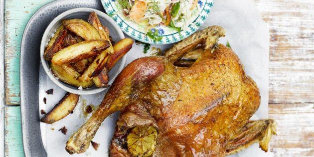 Хрустящая курица с запечённым картофелем и овощным салатом