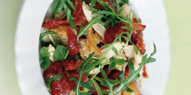 Вкусные блюда из курицы: Салат из курицы, бекона и вяленых томатов