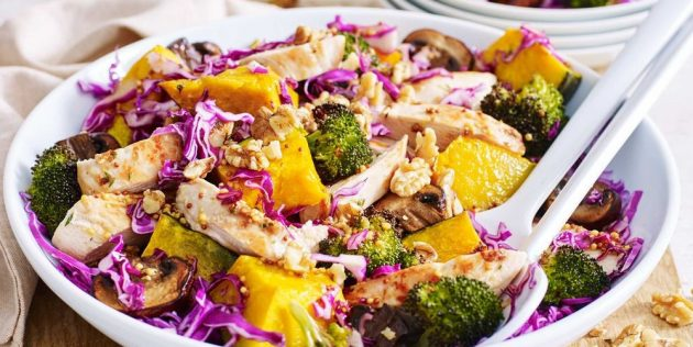 Тёплый куриный салат с запечённой тыквой