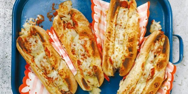 Рецепт горячих бутербродов с говяжьими фрикадельками и томатным соусом