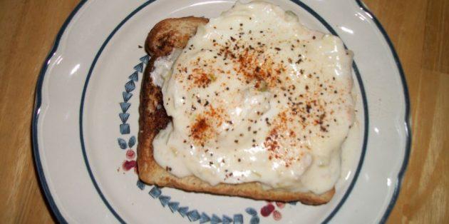 Бутерброд с яйцом пашот и сметаной